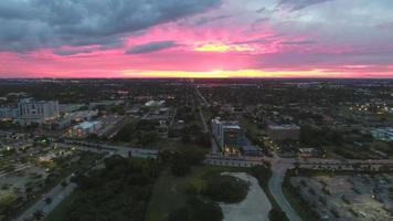 video aéreo hermoso atardecer crepuscular sobre la ciudad