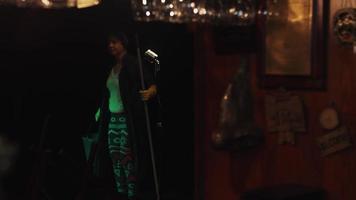 scrubwoman in guanti prende il disco cd dalla tasca e accende la musica nel club vuoto