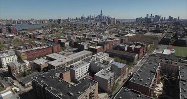 hoboken nj cavalcavia di complessi di appartamenti verso il fiume Hudson video