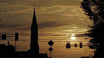 silhueta da igreja pôr do sol timelapse video