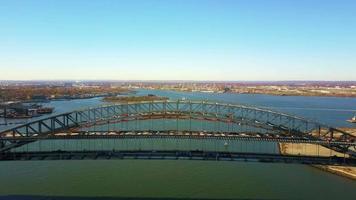 vista aérea construção de ponte e barco 4k