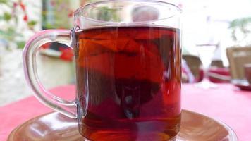 adicionar leite ao chá video