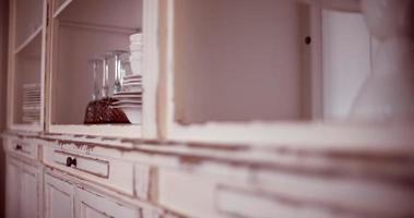 vajilla en el armario de la cocina