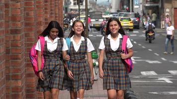 alumnas caminando por el centro video