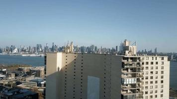 vista aerea volando sopra un edificio scoprendo la vista panoramica di manhattan 4k