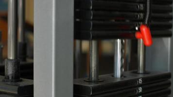 Schwarzgewicht für Trainingsgeräte in der Turnhalle. video