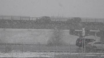 trafic et pont pendant la tempête de neige