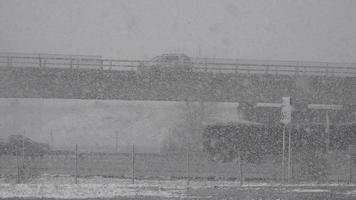 tráfego e ponte durante tempestade de neve video