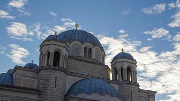 Zeitraffer einer ortodoxen Kirche mit blauem Himmel