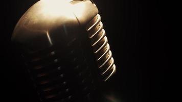 concerto vintage brillante microfono rimanere sul palco in un bar vuoto sotto i riflettori