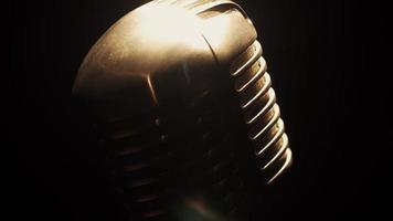 vista al concerto vintage splendente microfono rimanere sul palco nel club sotto i riflettori