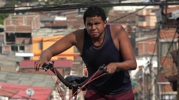 uomo che cammina in bicicletta nel paese povero