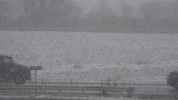 camión en la carretera durante la tormenta de nieve