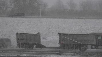camion sur autoroute pendant la tempête de neige