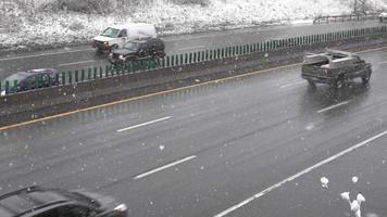 tráfego rodoviário durante o inverno video