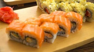 sushi fresco en la mesa