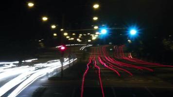 lapso de tempo do tráfego da rua à noite