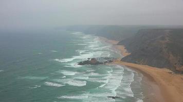 Strände Klippen und Nebel entlang der Küste des Ozeans