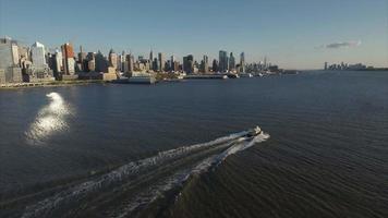 seguendo la barca sul fiume Hudson guardando i quartieri alti che volano verso il centro di Manhattan