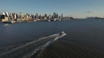 seguendo la barca sul fiume Hudson con il lato ovest superiore in vista