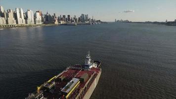 volare all'indietro su petroliera e rimorchiatore sul fiume Hudson