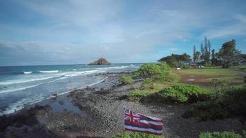 4k drone aéreo maui, hawai, hana, bandera hawaiana