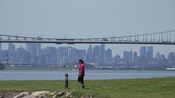 ponte sospeso e skyline della città