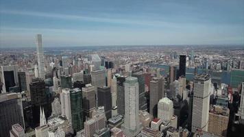 vista aérea de midtown manhattan com 432 park ave ao fundo video
