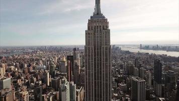 foto aérea diagonal de nyc com a torre da liberdade aparecendo no fundo video