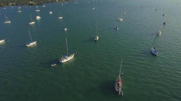 drone vuela sobre casas flotantes video