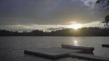 Lac canadien ontario en été natation sauvage coucher de soleil