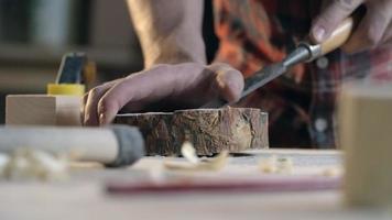 marceneiro cinzelando pedaço de madeira video