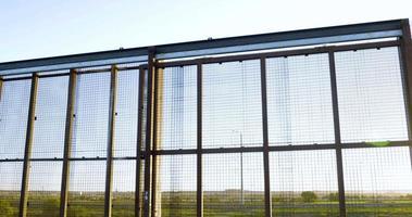inclinare verso l'alto per rivelare la recinzione di confine tra Messico e America - 4k video