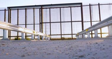 il basso angolo rivela un cancello in una grande recinzione metallica sul confine video