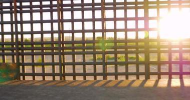 la luce del sole lampeggia tra le sbarre del confine che divide i paesi video