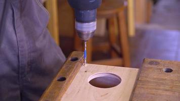 Primer taladro hacer un agujero en la madera