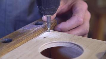 Hombre perforando agujeros con taladro de acero en interiores