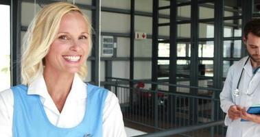 médicos sorridentes olhando para documentos video