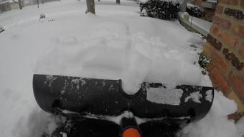 removendo neve na garagem em frente à garagem