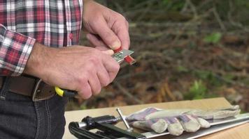 affilatura di una matita da falegname con un coltello a lama