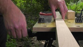 segare un quadrato di legno con una sega per legno