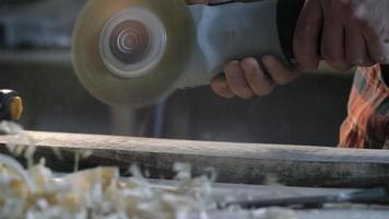 Holzarbeiter schleifen Holz