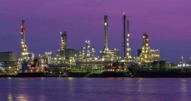 schöne Ölraffinerie Zeitraffer, Zeitraffer Nacht zu Tag Ölraffinerie Industrie in der Nähe von Fluss in Bangkok Thailand