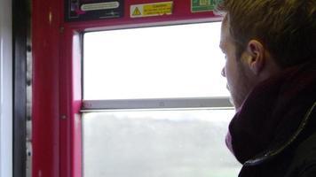 Homme dans le train de boire du café à emporter tourné sur r3d video