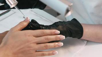 hand van de meester doet een manicure video