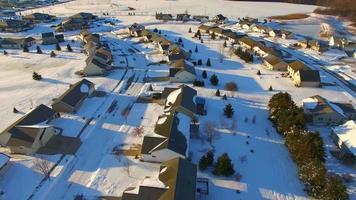 Tour aéreo temprano en la mañana del vecindario cubierto de nieve, casas suburbanas video