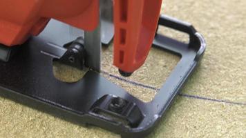 tagliare un pannello con un seghetto alternativo
