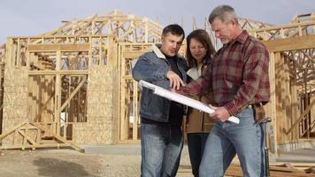Paar spricht mit Auftragnehmer über Grundriss