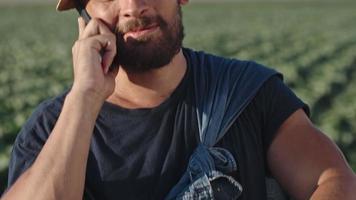 agriculteur moderne parlant au téléphone