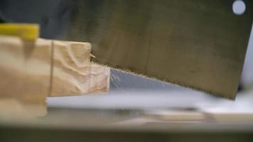 sierra cortando madera